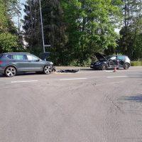 Die beiden PKW wurden bei dem Unfall stark beschädigt.